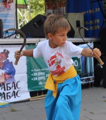 У Луцьку маленькі гопаківці показали козацьку стійкість та витривалість – виступ 24/08/2015